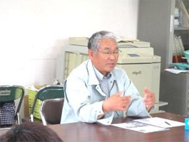 学生たちに経営の様子を説明する祢冝谷組合長
