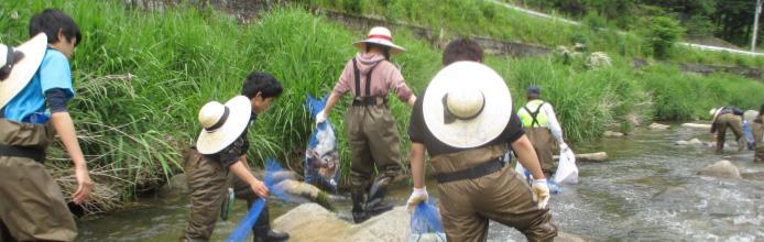 漁協の方々と一緒に河川清掃