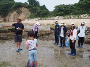 海藻の説明を聞く太田ゼミの学生たち
