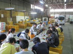 JA芸南集荷所の中で、土居さん、中岡さんからの講義